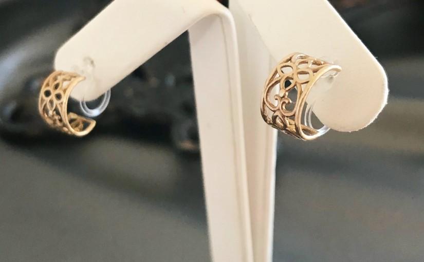 樹脂素材のイヤリング製作を開始しました。
